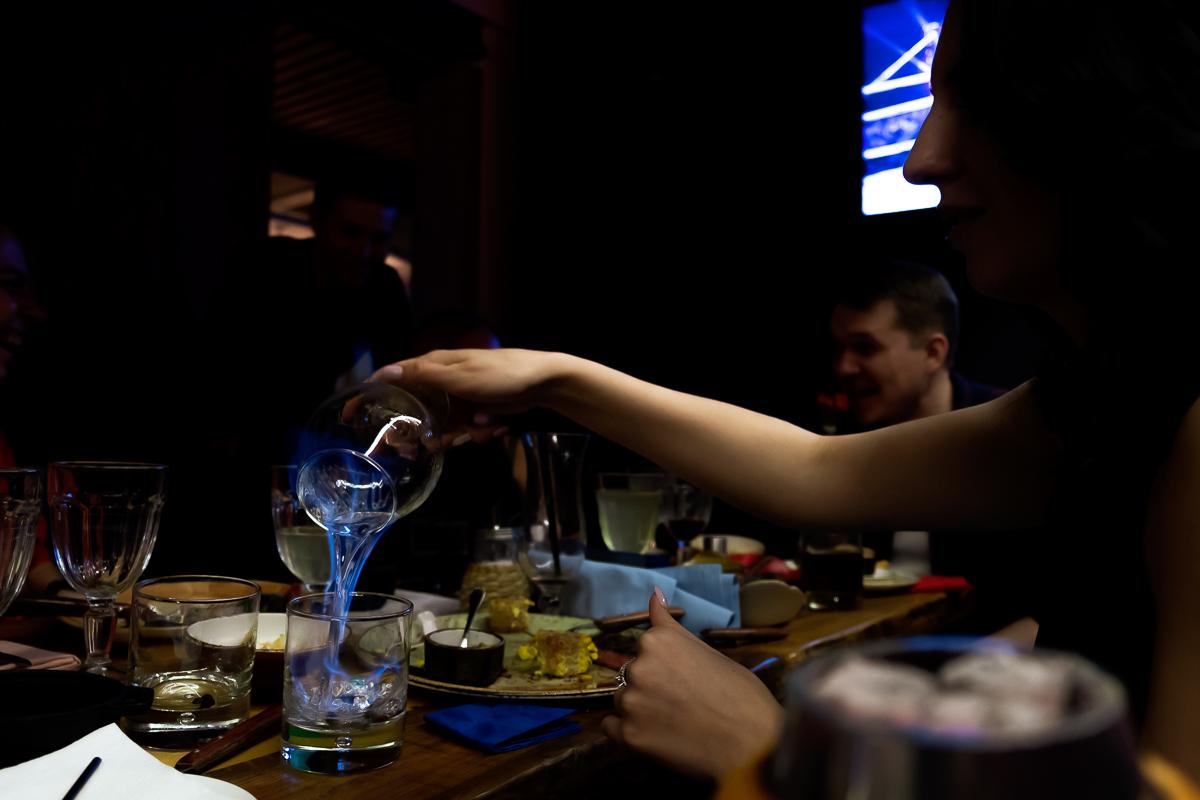 Поджигают и пьют самбуку на дне рождения