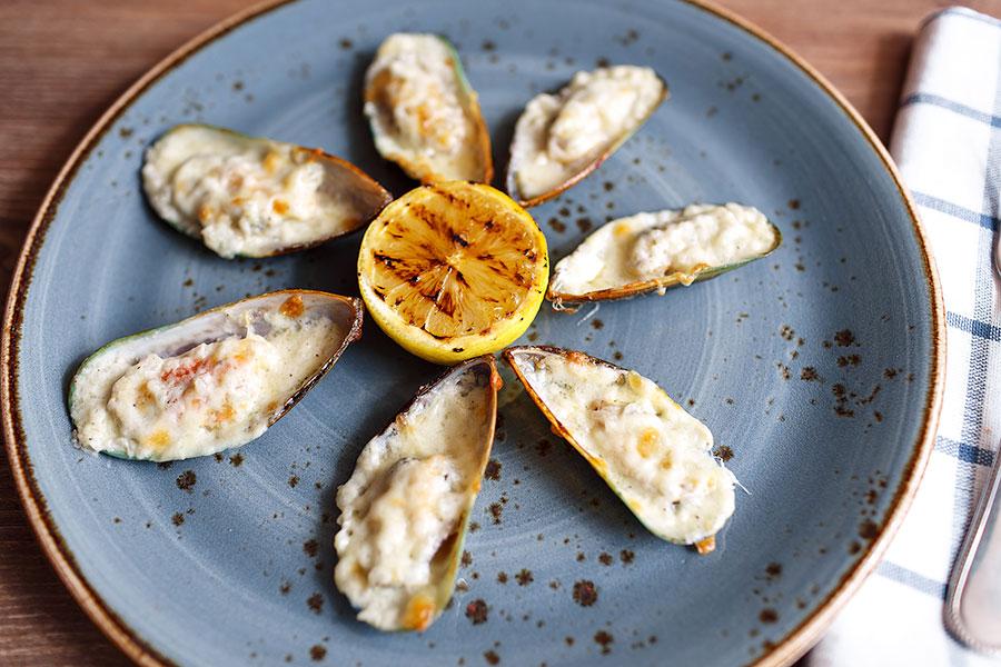 mussels-with-sauce-bechamel-banquet-404